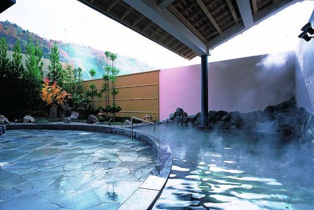 御影石でできた、開放感ある天然露天風呂。内湯には大浴場のほか気泡が出るバイブラバスや寝湯、サウナなどを備えている/たかお温泉 光の湯