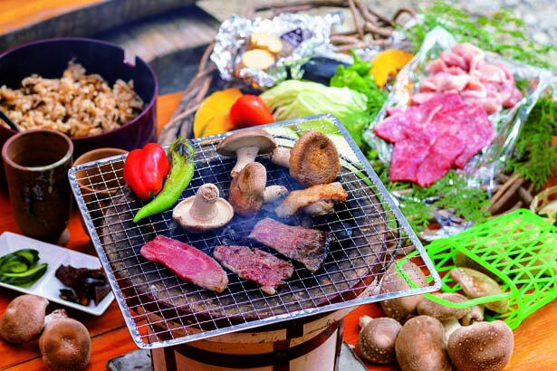 シイタケ、黒毛牛&地鶏、自家製野菜にシイタケご飯、シイタケ茶などがセットになったバーベキュー(3300円)。+500円でシイタケ狩りも/仲しい茸園