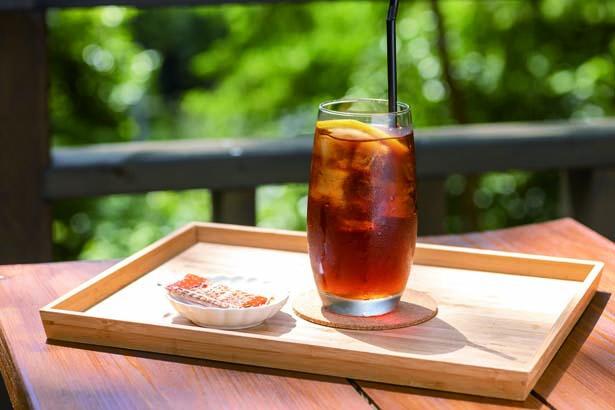 紅茶(写真)をはじめコーヒー、自家製レモネード&ジンジャーエール、数量限定のきまぐれスイーツなどがオール350円で味わえる/仲しい茸園