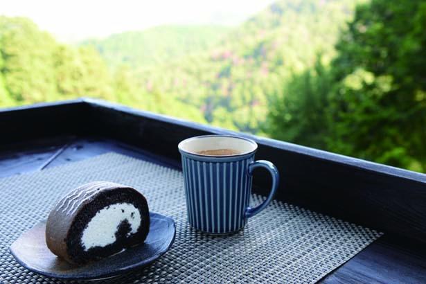 ハーレー和尚の黒巻菓子(ロールケーキ)とコーヒーのドリンクセット(750円・税込)/ほんたき 山のカフェ