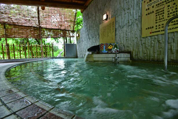 大江戸百人風呂にある露天風呂。箕面の自然に囲まれ、秋には紅葉も楽しめる/大江戸温泉物語 箕面温泉スパーガーデン