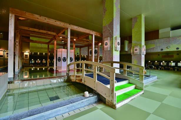 太鼓橋や梁(はり)などが特徴的な大江戸百人風呂。大江戸赤富士風呂とは男女入替制/大江戸温泉物語 箕面温泉スパーガーデン
