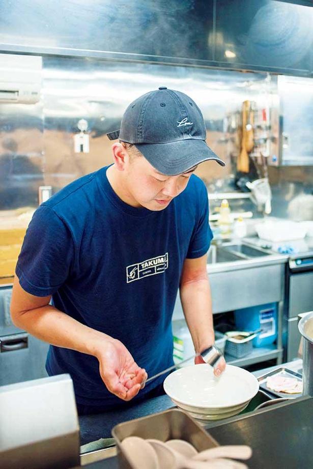 父親が経営する八王子ラーメン店で修業し、スープ、タレ作りを学んだ店主・石川巧真さん