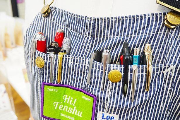 池内さんの胸ポケットには、たくさんの万年筆が!