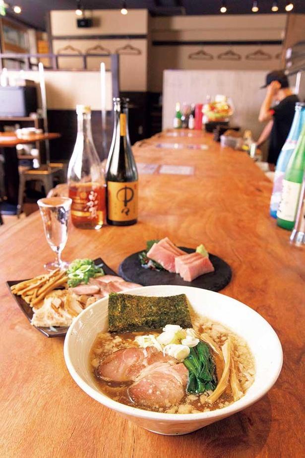 鶏ガラや背ガラの動物系と、煮干しやサバ節のダブルスープに、日本一醤油の生揚げ醤油を合わせた一杯