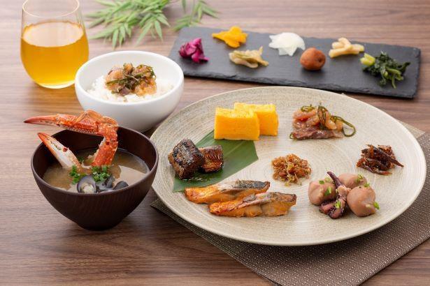和食の朝食。朝食は多彩な惣菜を盛りつけた膳スタイル