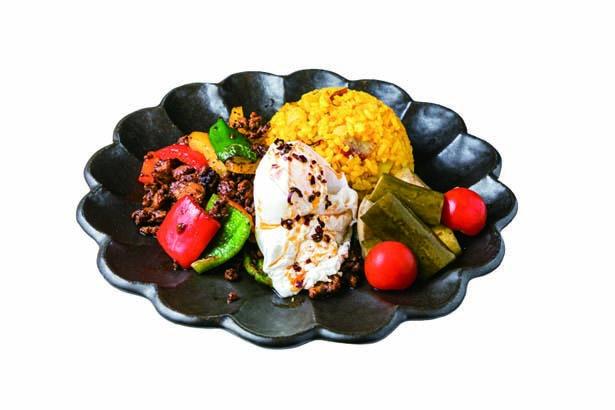 ハマノガパオ(1100円・税込)。ライスにゴロゴロの金時芋が。タイの醤油や芋ミツをブレンドしたピリ辛ダレが後を引く/蜜香屋 BATATAS