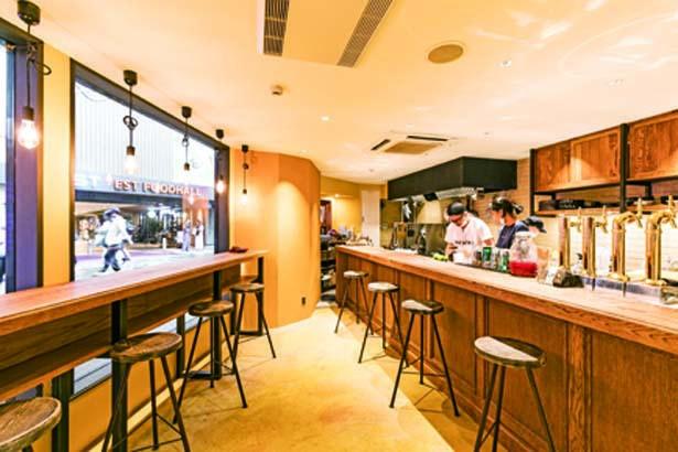 1階はバー使いできるカウンター席。2階はテーブル席のカフェスペースに/蜜香屋 BATATAS