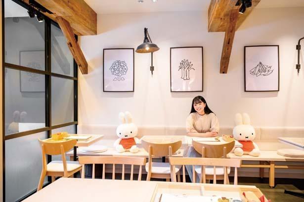 2階はショップとカフェが併設。ディック・ブルーナのアトリエをイメージした温かみのある空間で、白壁に古材の梁(はり)が印象的