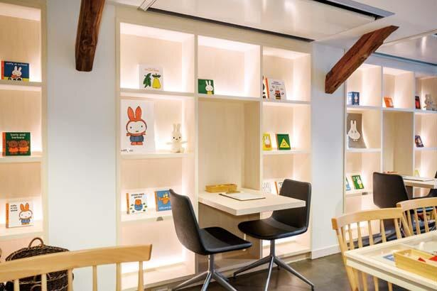 2階カフェの棚にはディック・ブルーナの絵本がたくさん。待ち時間に自由に読むことも