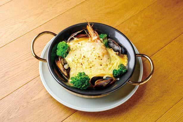 魚介のアメリケーヌグラタン(1480円)。有頭エビやムール貝の旨味がたっぷり!