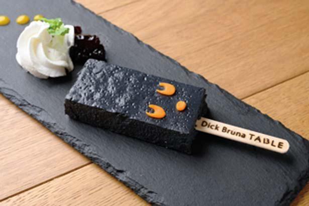 竹炭で色を付けたブラック・ベアチーズケーキバー(680円)