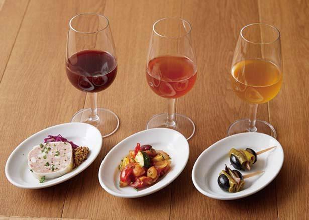 3種のタップワインと3種のミニプレートのマリアージュセット(1680円)。樽出しワインと小さな前菜がセットに