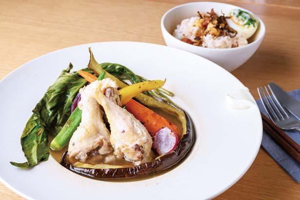 OyOyスープランチ(1300円)。丹波しめじのダシに柔らかく煮込んだ鶏肉と季節の野菜約5種がゴロッと入る/本と野菜OyOy