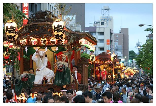 毎年5月に行われるくらやみ祭り。山車や神輿が街を練り歩く府中の風物詩