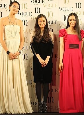 蒼井優さんと、他の受賞者であるモデルの冨永愛さん(左)と女優の仲間由紀恵さん(右)