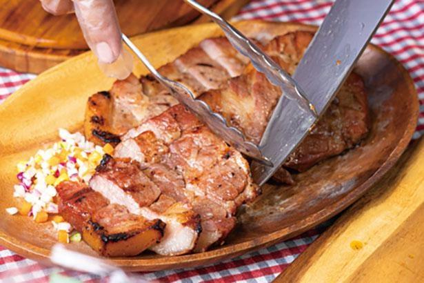 肉は旨味が逃げないように塊で焼いてから、食べやすくカットする。チョップドサラダなど色彩豊かな付け合わせにも注目 / キウイフルーツカントリーJapan