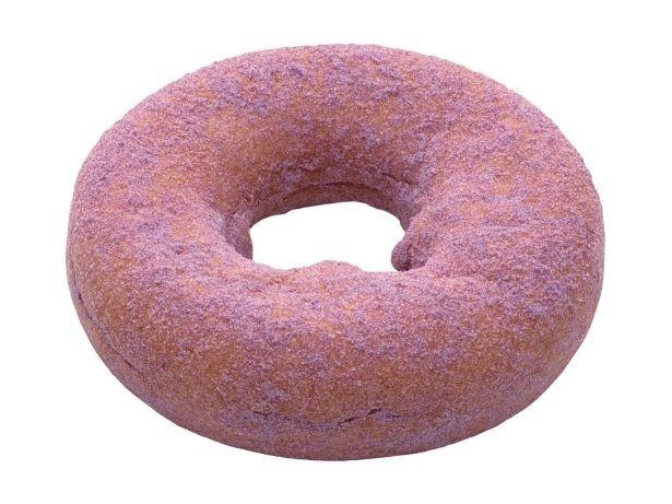 """【写真を見る】""""甘いものが食べたいけれど、油分が気になる""""という健康志向の利用者の声に応えて開発した※写真は紫イモシュガーをまぶした「紫いも」(129円)"""