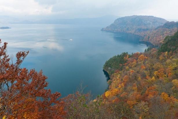御倉半島と中山半島に挟まれた中湖を望む展望所「瞰湖台(かんこだい)」からの景色は格別だ