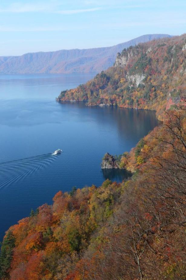 【写真】「瞰湖台」からは遊覧船が湖面を進んでいく様子も眺めることができる