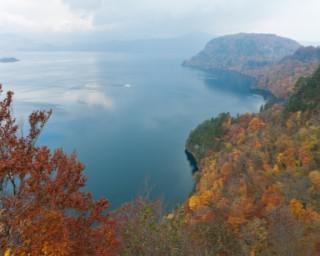 湖畔を散策しながら紅葉が楽しめる!青森県の「十和田湖」で紅葉が見頃