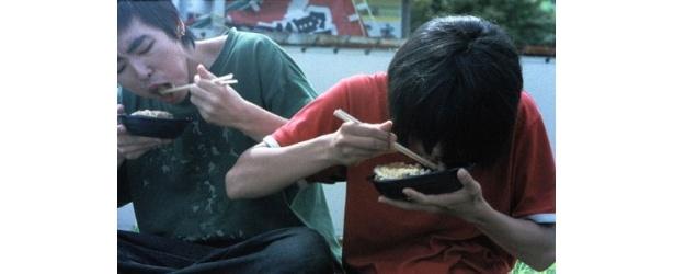 すごい勢いでご飯をかきこむ場面。ちなみに撮影時以外の食事はなし!
