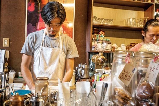 店主の山崎三四郎裕崇さんが卵を焼き、パンにはさんで寝かせ、約10分かけて仕上げる/喫茶 la madrague