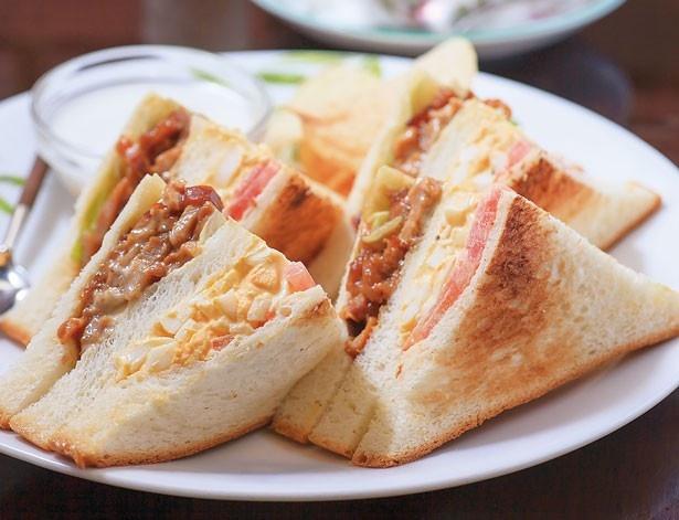 「とり玉サンドセット」(850円)。鶏と卵の味のバランスが最高/蝸牛庵