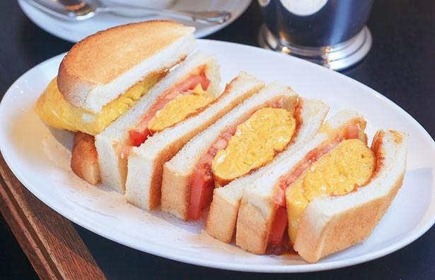 「オムレツサンド(ドリンクセット)」(900円)。卵を5個も使用しているというオムレツはふわっふわの食感/Y・C 梅田店
