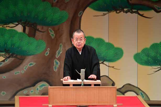 巧みな話芸と身振り手振りを織り交ぜ、日本の伝統文化である落語を披露