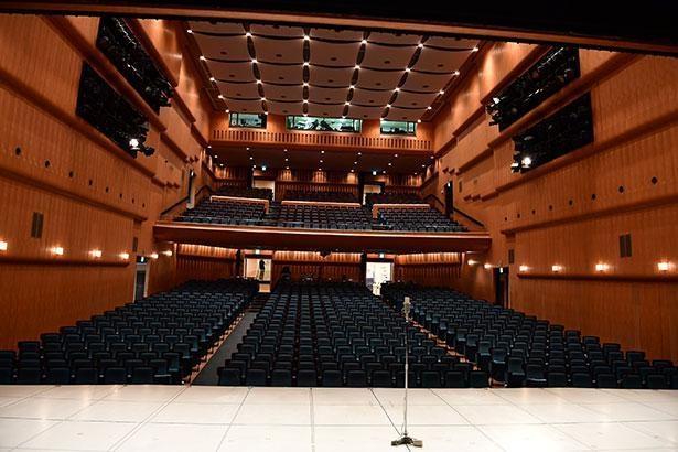 約900人収容の広々とした劇場
