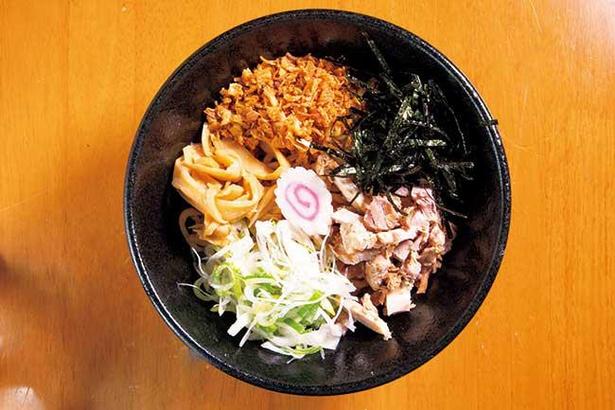 タレは醤油で、刻みチャーシューやネギ、フライドオニオン、ノリなどと太麺をよく混ぜて食べる