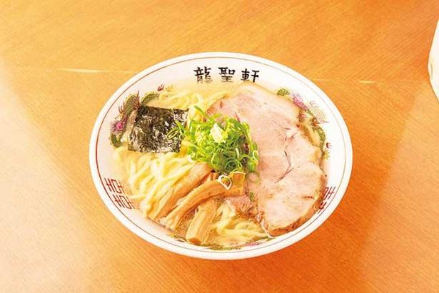 「塩ラーメン」はアサリのダシを加えた塩ダレがスープを引き立てる。麺は中華そばでは珍しい平打ちの太麺