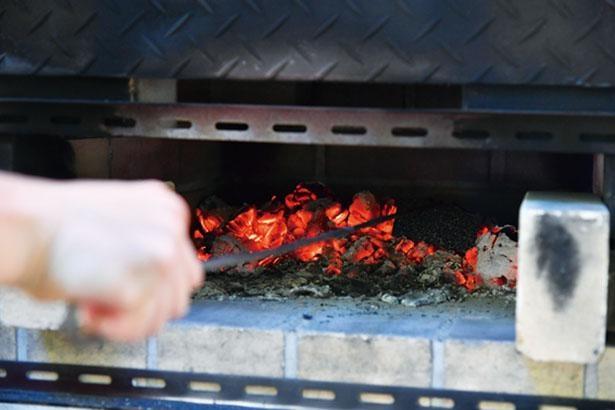 薪を追加するなどして火力調整。約250℃で準備完了!