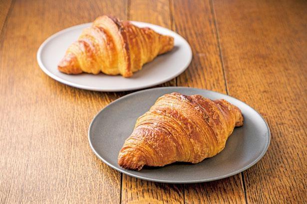 プレミアムクロワッサン(1個248円)は、ベルギー産最高級コールマンバターを100%使用。口いっぱいに広がるバターの香りで贅沢な気分に/パンとパティシエ KYOTO KEIZO BAKERY