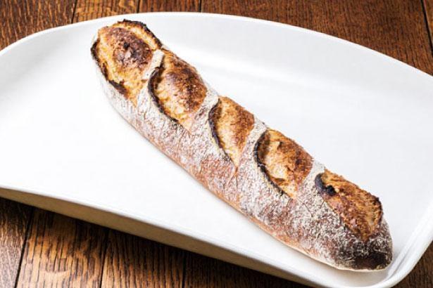 天然酵母バケット(310円)は程よい酸味が特徴的/パンとパティシエ KYOTO KEIZO BAKERY