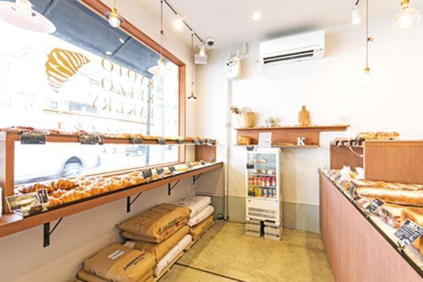 入口には消毒液を設置。昼過ぎにはすべてのパンがそろう。2階には広々としたイートインスペースもある/パンとパティシエ KYOTO KEIZO BAKERY