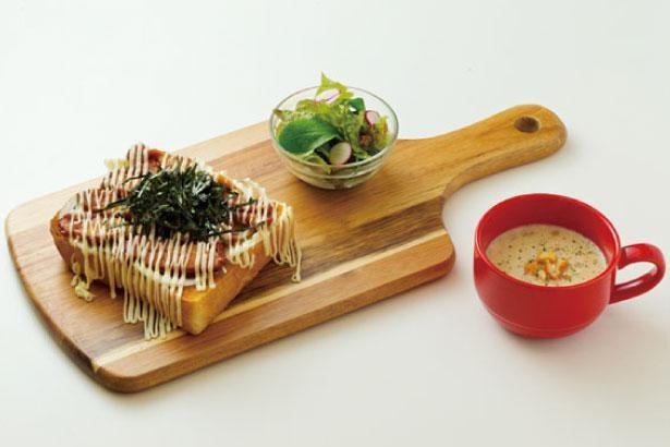 照り焼きチキントーストセット(税込600円)。セレクトしている食パンを使ったトーストメニューは全7種/WAREHOUSE
