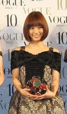 お姫さまみたいなゴシック調のドレスがよく似合う、上戸彩さん。髪もツヤツヤ!