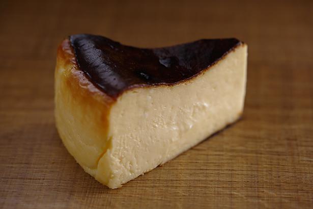 ロマンの森限定、マール・ザ・チーズケーキ(400円)。クリームチーズたっぷりで超濃厚。外は香ばしく、中はトロッとレアな食感に焼き上げられている