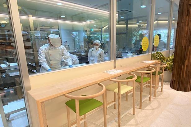 クロワッサン、ケーキの各工房前には、カウンター席がそれぞれ4席。職人技をじっくりと眺めよう