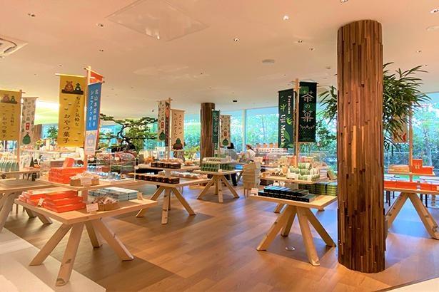 ショップ内も「森の中」をイメージ。シラカバで作った陳列台のほか、ディスプレイ用の器なども木製ものを使用している
