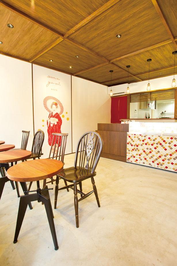 漆塗りのお皿にのったかわいいシュークリームがショーケースに並ぶ/amagami kyoto