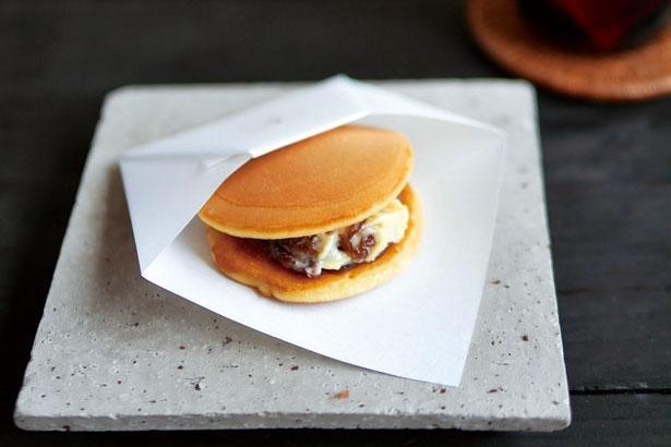 一番人気の御八のどら焼き レーズンバター+あずき(税込250円)。レーズンの風味が小豆と絶妙に調和/天御八