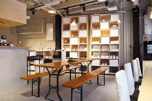 併設のショップではオリジナルの紙雑貨も豊富。お茶をしながらショッピングもOK/天御八