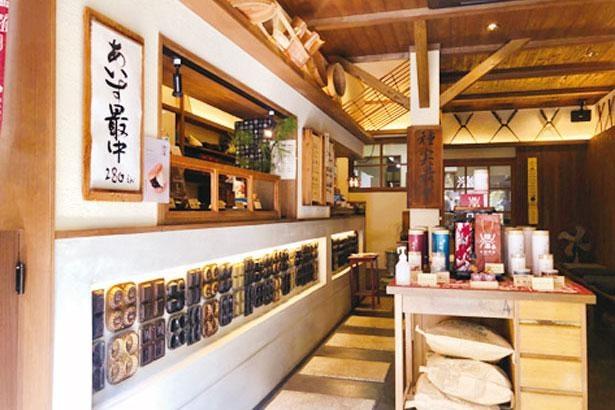店内の壁には、代々使われてきたさまざまな形をした最中の焼型がずらりと並ぶ/種嘉商店