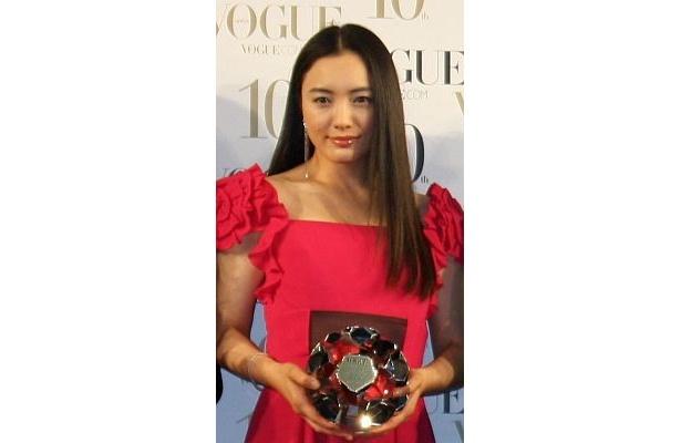 受賞のトロフィーを手にする仲間由紀恵さん。サラサラのロングヘアがステキ!
