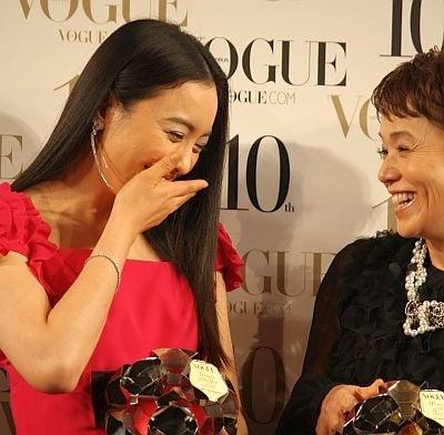 女優の大竹しのぶさんと談笑する仲間由紀恵さん