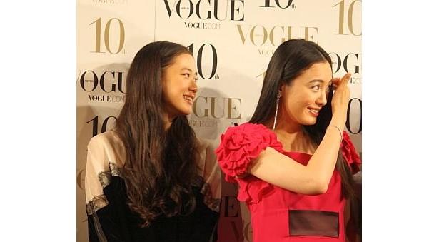 大竹しのぶさんの話に笑顔を見せる仲間由紀恵さん。左は同じく賞を受賞した、女優の蒼井優さん