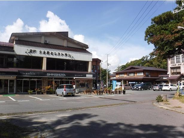 休屋エリアにはレストランや駐車場があるので、ここを拠点に散策すると便利